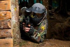 迷彩漆弹运动狙击手准备好射击 免版税库存照片