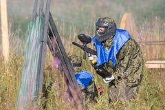迷彩漆弹运动防护使用和射击与枪的制服和面具的体育球员户外 图库摄影
