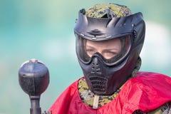 迷彩漆弹运动防护制服和面具接近的画象的体育球员 免版税库存图片