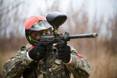 迷彩漆弹运动戴着防毒面具的体育球员 免版税图库摄影