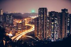 迷离光穿过城市在晚上 图库摄影