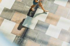 迷离抽象背景在一个少妇的行动形象的 免版税库存照片