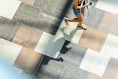 迷离抽象背景在一个少妇的行动形象的 免版税库存图片