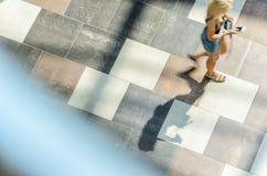 迷离抽象背景在一个少妇的行动形象的 库存图片