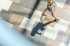 迷离抽象背景在一个少妇的行动形象的 图库摄影