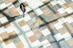 迷离抽象背景在一个少妇的行动形象的 免版税图库摄影