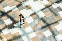 迷离抽象背景在一个少妇的行动形象的 库存照片