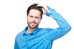 迷茫的男性个体用在头发的手 免版税库存照片