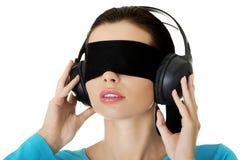迷茫的蒙住眼睛的妇女 免版税库存图片