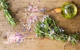 迷迭香油和花束与腌制槽用食盐 免版税库存图片