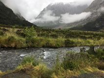 迷雾山脉有雾的天 库存照片