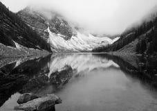 迷雾山脉的湖 免版税库存图片