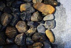 迷离岩石在水中 库存图片