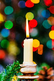 迷离bokeh圣诞节enhaced光 新年度 装饰的树,礼物,蜡烛, 图库摄影