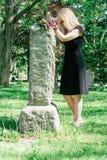 追悼在坟墓的妇女 免版税库存照片