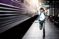 追捕一列移动的火车的旅客人 库存图片