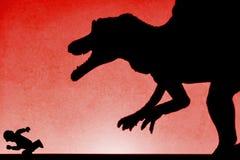 追逐在墙壁上的spinosaurus的阴影人在红色 免版税库存照片