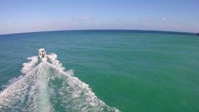 追逐在小船以后在迈阿密海滩 股票录像