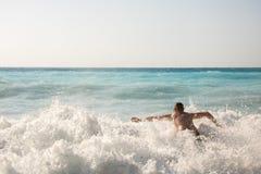 追逐在Myrtos海滩的人波浪 免版税库存图片