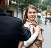 追逐微笑的女孩的亚裔人 免版税库存图片