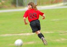 追逐球员足球年轻人的球 库存图片