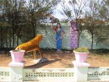 追逐老虎的一名英勇泰米尔人妇女的科摩林角,泰米尔纳德邦,印度- 2008 10月7日,五颜六色的石雕象 图库摄影