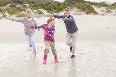 追逐他们的乐趣的父母孩子 免版税库存照片