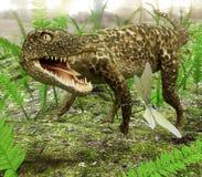 追逐蜻蜓的Hesperosuchus 免版税库存照片