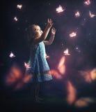 追逐蝴蝶的废弃物女孩 库存图片