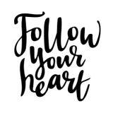 追随您的心:爱被隔绝的浪漫和刺激词组对华伦泰` s天 刷子书法,手 库存图片