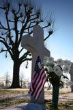 退伍军人十字架、星条旗 图库摄影