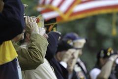 退伍军人向美国旗子致敬 免版税库存照片