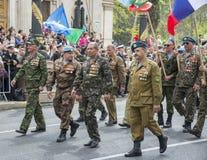 退伍军人在胜利天游行,塞瓦斯托波尔 图库摄影