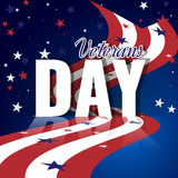 退伍军人日 与挥动的镶边旗子、满天星斗的样式和反射的抽象美国背景 库存图片