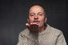 退休与髭和一个秃头送空气亲吻 免版税库存图片