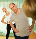 退休人员夫妇健身房的 库存图片