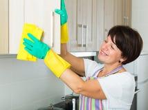 退休人员妇女清洁家 免版税库存照片