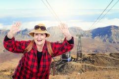 退休的妇女获得乐趣在远足期间 免版税库存照片