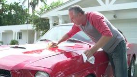 退休的老人清洁被恢复的经典汽车 影视素材