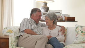 退休的资深夫妇在家坐沙发一起 股票录像