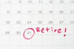 退休目标或财政自由,计划对成功薪金人,重要月天的目标红色圈子结尾在日历 免版税库存照片