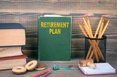 退休计划概念 在木背景的书 库存图片