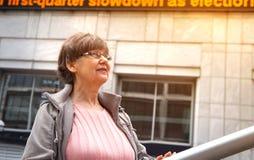 退休金使用年限漂亮的女人画象在城市 库存照片