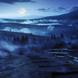 退出到有雾的山的村庄在晚上 图库摄影