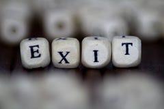 退出在木立方体写的词 免版税库存照片