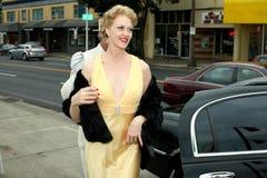退出大型高级轿车妇女 免版税库存照片