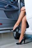 退出妇女的汽车 库存照片