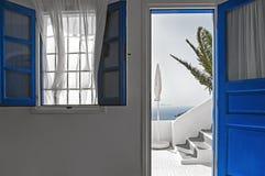 退出对一个大阳台有破火山口视图, Imerovigli,圣托里尼,希腊 库存照片