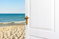退出屋子对海滩 开门向海 免版税库存图片