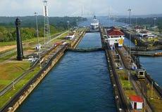 退出巴拿马船的运河 免版税库存照片